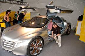 futuristisches Wasserstoff-Hybrid-Auto von Mercedes