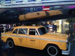 Ein New Yorker Taxi im Red Bull Hangar 7 in Salzburg
