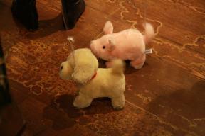 Hund und Schwein unterwegs in Harrods
