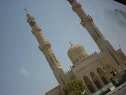 Eine Moschee aus dem Bus fotografiert